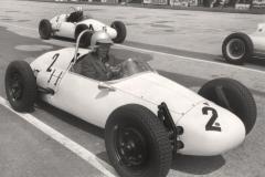 2-Rennfahrer-HFC-S.-156-FV-Start-Norisring-1965-mit-Sakko-und-Krawatte