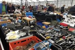 Teile-und-Werkzeug-in-den-erweiterten-Messehallen-mit-Zeltdach