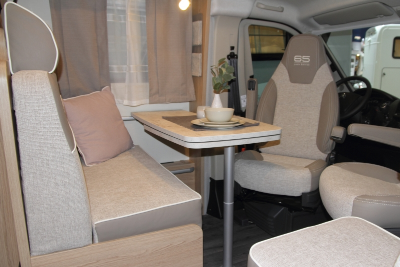 V-643-G-Der-Fahrersitz-muss-zum-Sessel-herhalten_3413