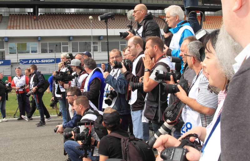 Grosser Medienandrang herrscht vor - Foto Eberhard Strähle