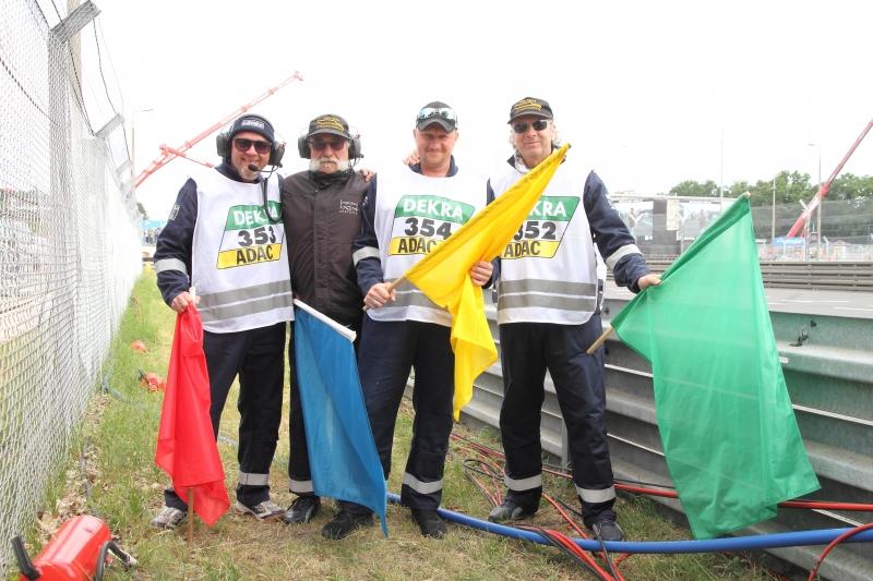 Harry, Wolfgang, Marcus und Peter sind Marshals an der Strecke_9948