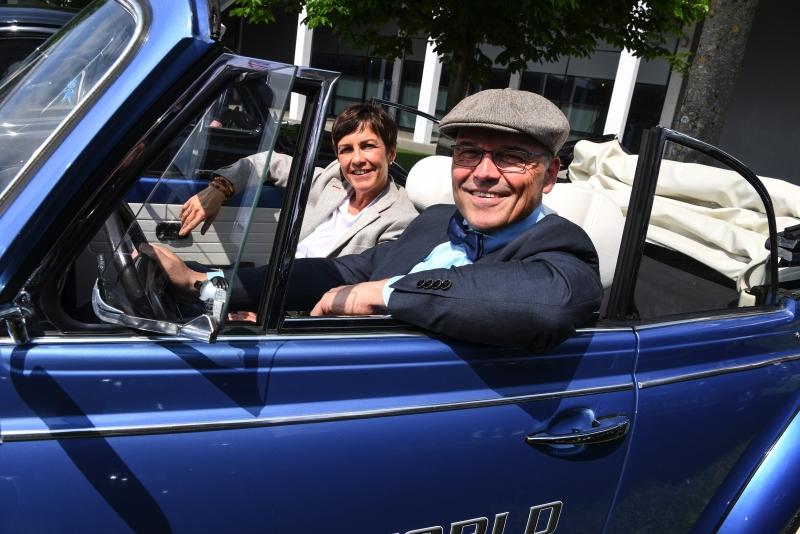 Freigelände West: Roland Bosch, Projektleiter der Motorworld Classics Bodensee, und Sybille Bayer, Geschäftsführerin der Motorworld im VW Käfer 1600, EZ 1978