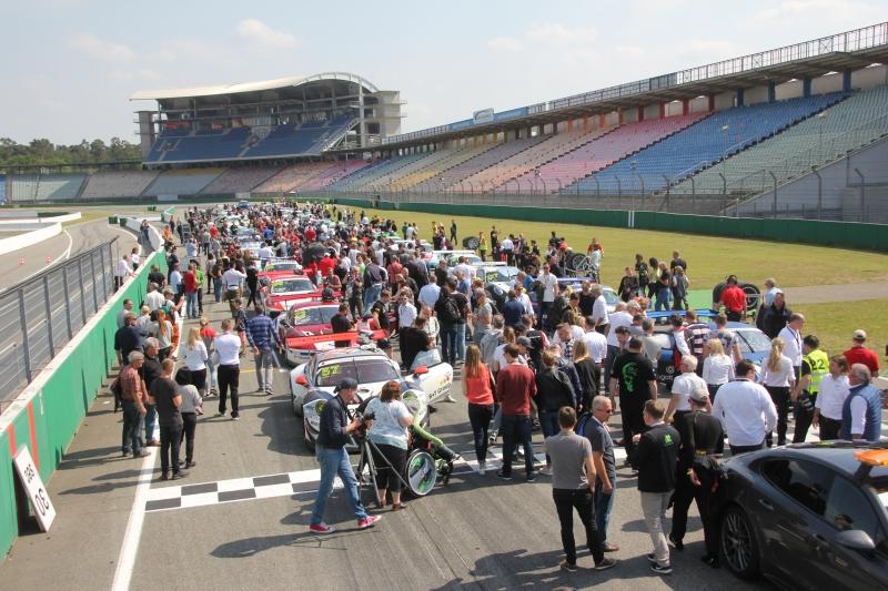 Startaufstellung mit Besuchern Porsche Super Sports Cup