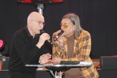 Schauspieler-und-Comedian-Michael-Gädt-rechts-sprach-mit-Gästen_3831