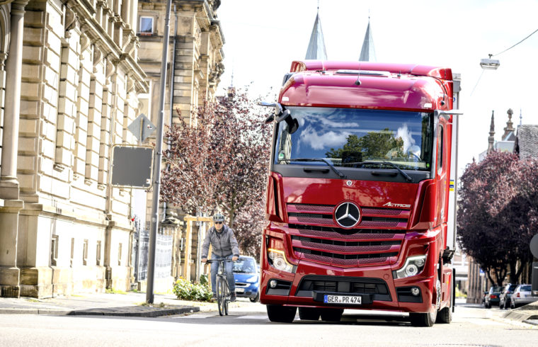 Abbiege-Assistent im Lkw erkennt Radfahrer im toten Winkel, Foto: Daimler